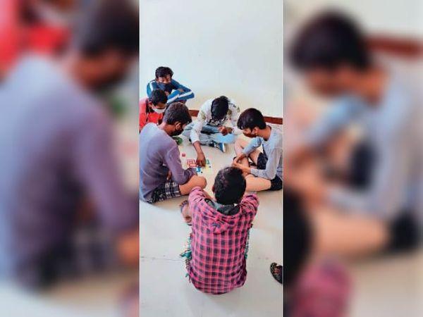 कोविड केयर सेंटर में लूडो खेलने में जुटे बच्चे। - Dainik Bhaskar