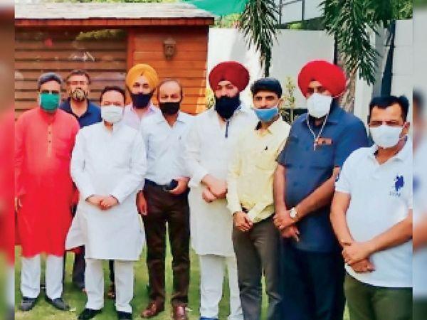 सांसद संतोख सिंह चौधरी के साथ मीटिंग के बाद मौजूद व्यापारी संगठन के सदस्य। - Dainik Bhaskar