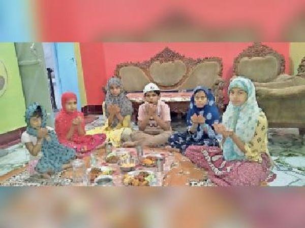 परिवार के साथ इफ्तार करते नन्हे रोजेदार। - Dainik Bhaskar