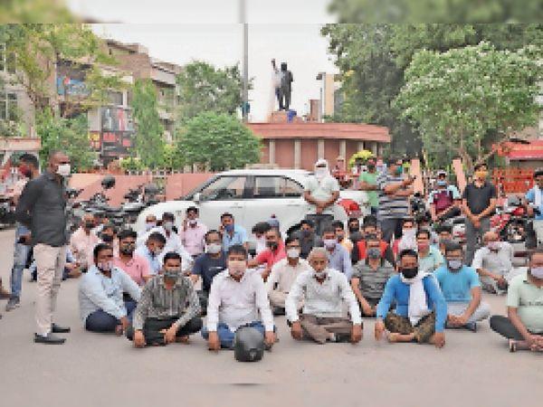 डॉ. भीमराव अंबेडकर की प्रतिमा खंडित करने के विराेध में धरने पर बैठे लाेग। - Dainik Bhaskar