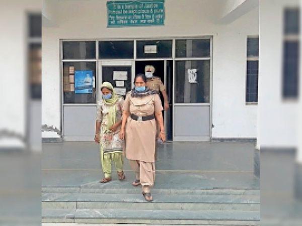 मृतक की मां के बयान पर आरोपी बहू के खिलाफ कत्ल का केस दर्ज कर गिरफ्तार किया।
