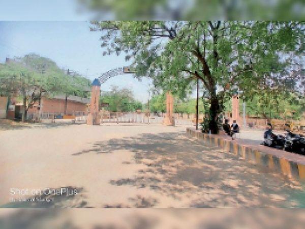 दीनदयाल नगर के प्रवेश द्वार पर लगे बेरीकेड्स। - Dainik Bhaskar
