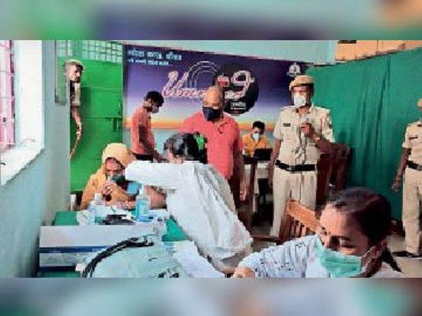 महिला बंदी को टीका लगाती नर्स व मौजूद अन्य। - Dainik Bhaskar