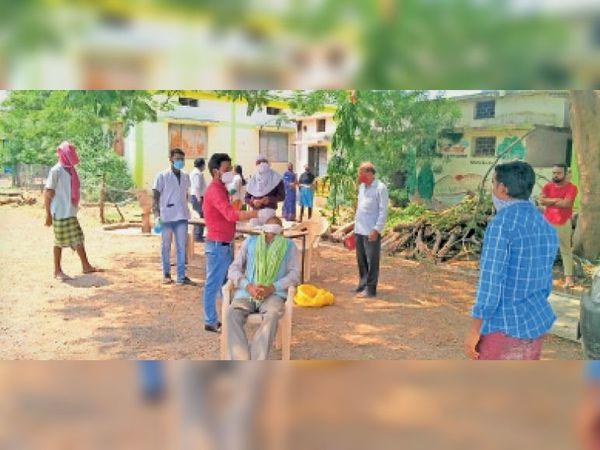 ग्रामीण इलाकों में बढ़ते संक्रमण को देखते हुए धामनसरा में कैंप लगाकर कोविड जांच की गई। - Dainik Bhaskar