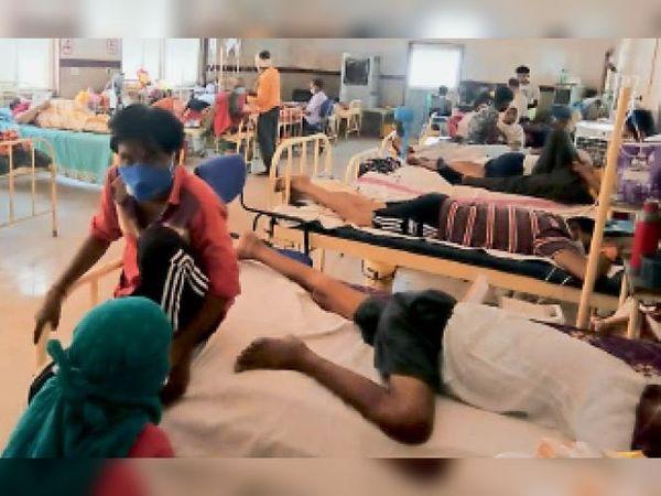 जिला चिकित्सालय में भर्ती मरीज 20 मिनट तक लाइट चले जाने से परेशान रहे। - Dainik Bhaskar