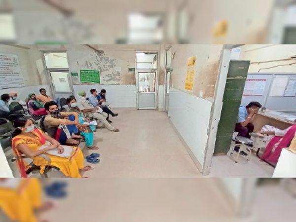 डाक्टर का इंतजार....उपचार के लिए सिविल अस्पताल में पहुंचे मरीज डॉक्टर के इंतजार में बैठे रहे। - Dainik Bhaskar
