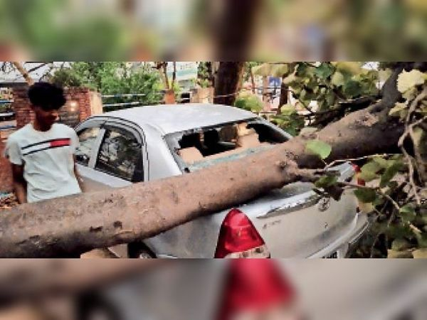 अम्बाला सिटी   तेज हवा के चलते सिटी के कपूर अस्पताल के सामने कार पर पेड़ गिर गया। इस दौरान सिविल डिफेंस की टीम ने मौके पर पहुंच कर पेड़ को हटाया और रास्ता खोला। - Dainik Bhaskar