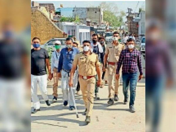 सकतपुर. कस्बे में फ्लैग मार्च करते पुलिस अधिकारी। - Dainik Bhaskar