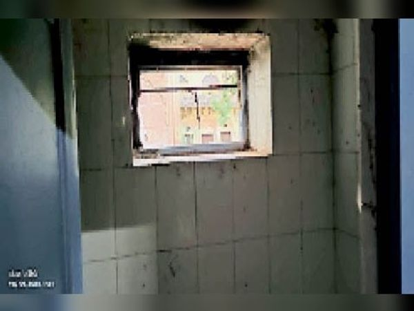 टूटी पड़ी खिड़की। - Dainik Bhaskar