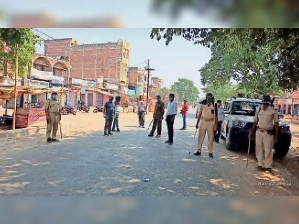 काराकाट में सड़क पर तैनात प्रशासनिक अधिकारी व पुलिसकर्मी। - Dainik Bhaskar