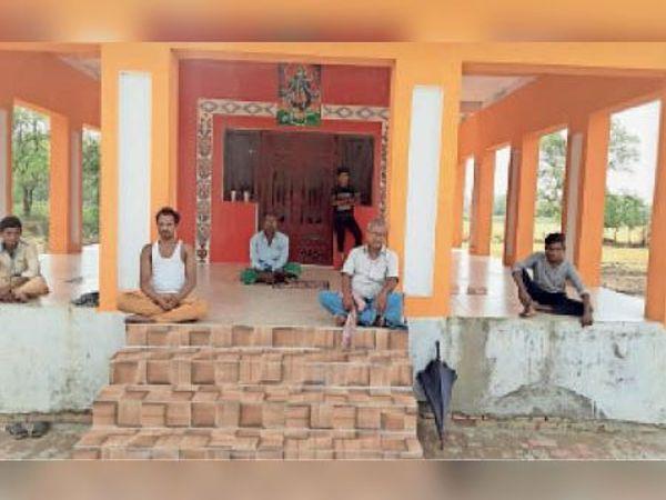 नवनिर्मित काली मंदिर में इकट्ठा लोग। - Dainik Bhaskar
