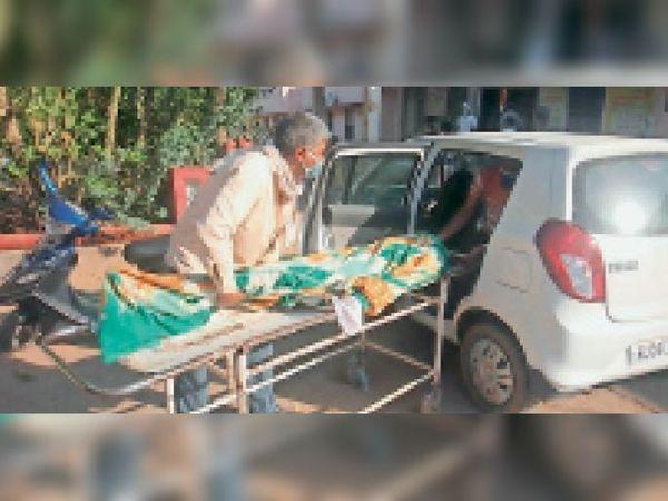 बूंदी. एंबुलेंस नहीं मिलने पर शव को कार में रखकर परिजनों को ले जाना पड़ा। - Dainik Bhaskar