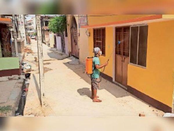 वार्ड 11 में घर सैनिटाइज करते नप कर्मी - Dainik Bhaskar