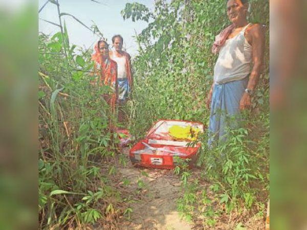 चोरी के बाद फेंका हुआ समान - Dainik Bhaskar