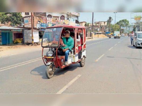शहर में बेरोक टोक चल रहे ऑटो व ई-रिक्शा - Dainik Bhaskar