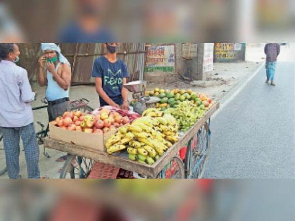 फल बेचते दुकानदार - Dainik Bhaskar