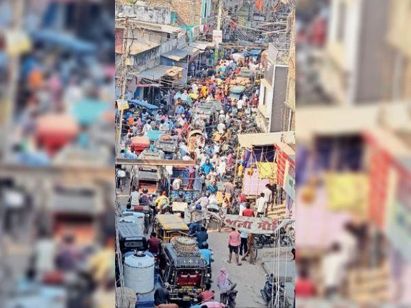 ये गलत है | हाजीपुर के गुदरी बाजार में गुरुवार सुबह 7 बजे के बाद का दृश्य। - Dainik Bhaskar