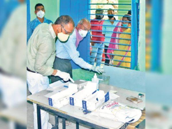 कोरोना मरीजों की जांच करते स्वास्थ्यकर्मी। - Dainik Bhaskar