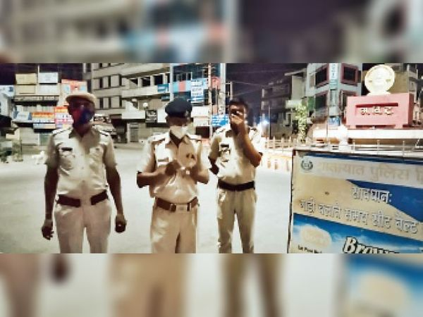 अग्रसेन चौक के पास रात में तैनात पुलिस के जवान। - Dainik Bhaskar