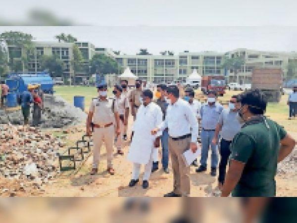 अस्थायी अस्पताल के काम का जायजा लेते राज्यमंत्री अनूप धानक। - Dainik Bhaskar