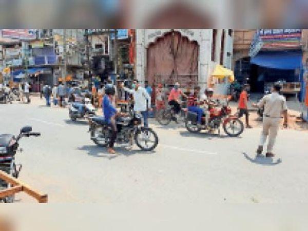 शैर-सपाटे पर निकले लोगों पर सख्ती बरतते पुलिसकर्मी। - Dainik Bhaskar