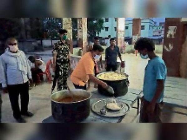 जहानाबाद बस स्टैंड में सामुदायिक किचन में खिलाया जा रहा खाना। - Dainik Bhaskar