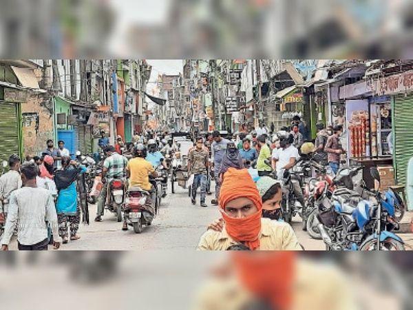 नगर मे 11 बजे बाजार मे खरीदारी करने वालों की उमड़ी भीड़। - Dainik Bhaskar