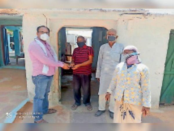 हिंडौन ग्रामीण| घर-घर सर्वे कर मौसमी बीमारियों से पीडि़त को दवाई किट देते हुए। - Dainik Bhaskar