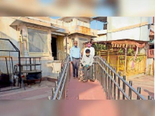 करौली   कैलादेवी मंदिर में दिव्यांगों की सुविधा के लिए रेंप तैयार। - Dainik Bhaskar