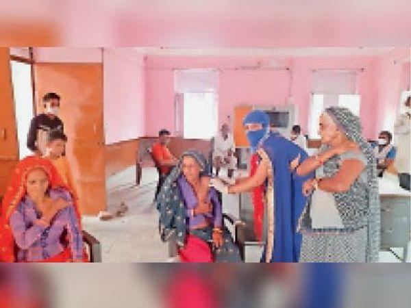 मासलपुर| पिपरानी में वैक्सीनेशन वैक्सीन लगाती एएनएम। - Dainik Bhaskar
