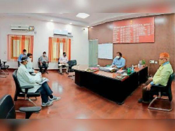 बैठक में जानकारी देते डीएम। - Dainik Bhaskar