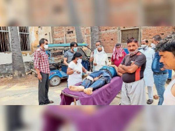 हादसे में घायल युवक की जांच करते स्वास्थ्यकर्मी। - Dainik Bhaskar