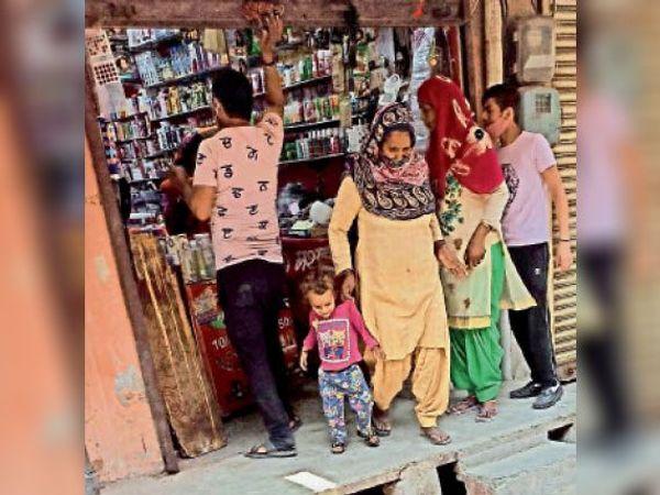 किला के पास मुख्य बाजार में जनरल स्टाेर की दुकान में खरीदारी करती महिलाएं। - Dainik Bhaskar