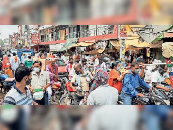 धर्मशाला रोड में लगी लोगों की भीड़ प्रशासन की निष्क्रियता को बयां कर रही। - Dainik Bhaskar