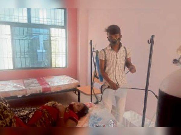सदर अस्पताल के कोविड वार्ड को सेनेटाइज करता कर्मी। - Dainik Bhaskar