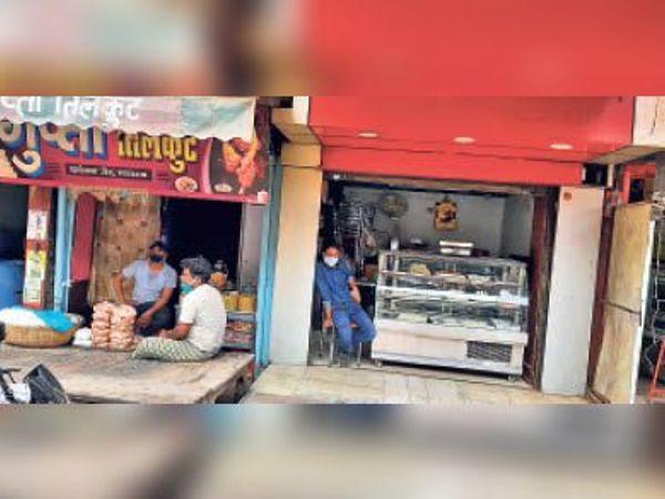 धर्मशाला रोड में हार्डवेयर व मिठाई के अलावा ठाकुर मार्केट में कपड़े व कॉस्मेटिक की दुकानों से कहीं चोरी से तो कहीं खुलेआम बिक्री। - Dainik Bhaskar