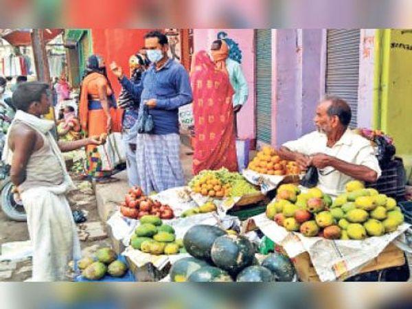 फल बेचता दुकानदार। - Dainik Bhaskar