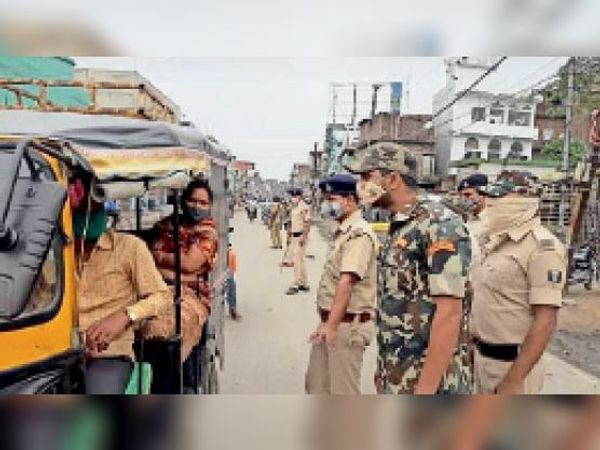 मेहसौल में ऑटो चालक को हिदायत देते मेहसौल ओपी प्रभारी व पुलिस। - Dainik Bhaskar