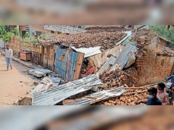 बैरगनिया के वार्ड नंबर 14 में तोड़-फोड़ के बाद धराशायी दुकान। - Dainik Bhaskar