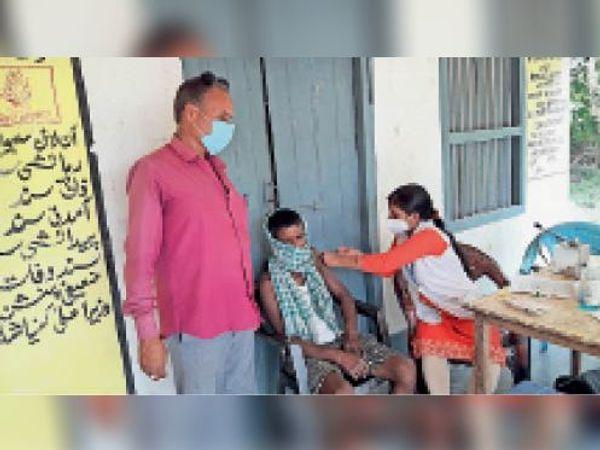 नानपुर के शिविर में लोगों को दिया जा रहा टीका। - Dainik Bhaskar