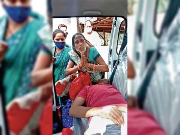 महिला बताते हुए नरेंद्र ने हाथ जोड़े लेकिन पुलिस डंडे पीटती रही। - Dainik Bhaskar