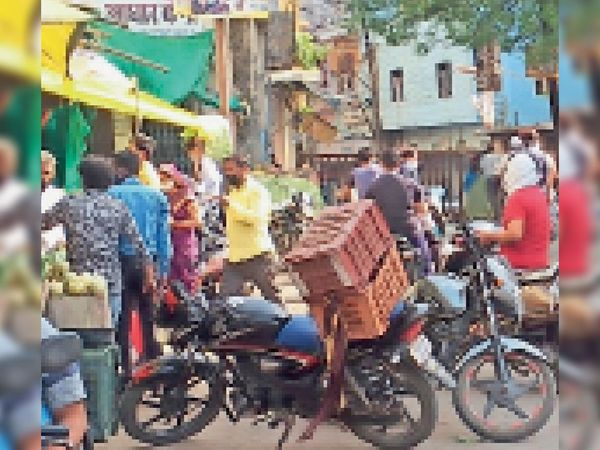 आष्टा में बाजार बंद है लेकिन सड़कों पर बनी रहती है चहल-पहल। - Dainik Bhaskar