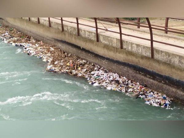 रोपड़ के चमकौर साहिब इलाके में भाखड़ा नहर में पुल के पास दवाओं की खेप मिली है। इनके नकली होने की आशंका है। - Dainik Bhaskar