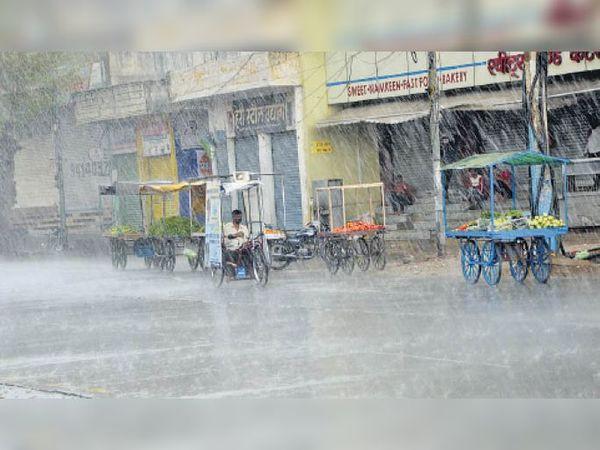 शहर में गुरुवार को सुबह से बादलों की आवाजाही थी। दोपहर बाद बारिश शुरू हो गई। फोटो जयपुर रोड का। - Dainik Bhaskar