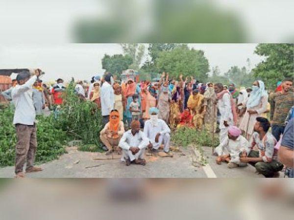 कार चालक की गिरफ्तारी की मांग को लेकर धरना देते युवक के परिजन। - Dainik Bhaskar