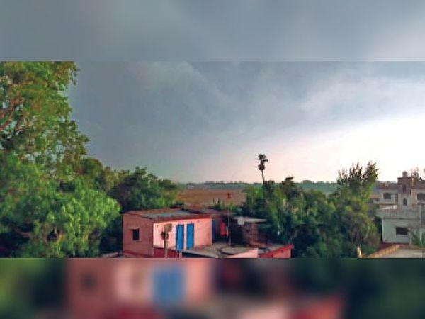 सुबह 7 बजे मझौलिया में छाया बादल। - Dainik Bhaskar