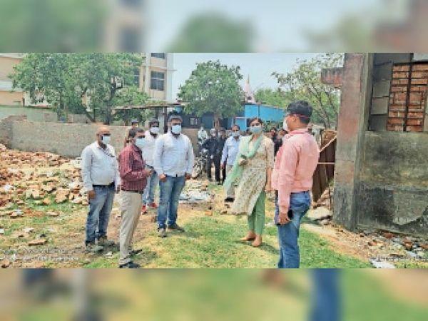 अस्पताल के खाली भूखंड का निरीक्षण करती एसडीएम व टीम। - Dainik Bhaskar