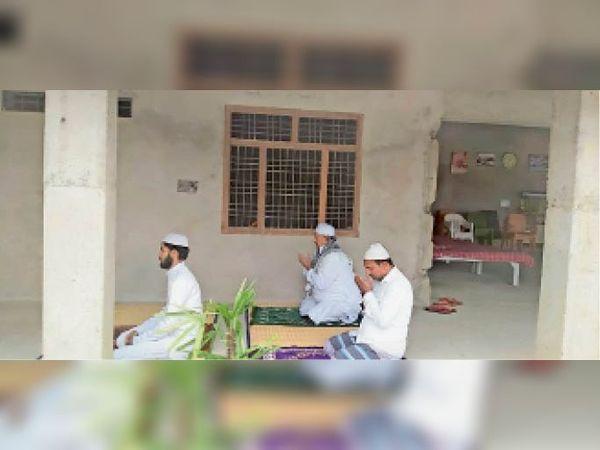 सेनवरिया में घर पर नमाज अदा करते पूर्व मंत्री खुर्शीद उर्फ फिरोज अहमद। - Dainik Bhaskar