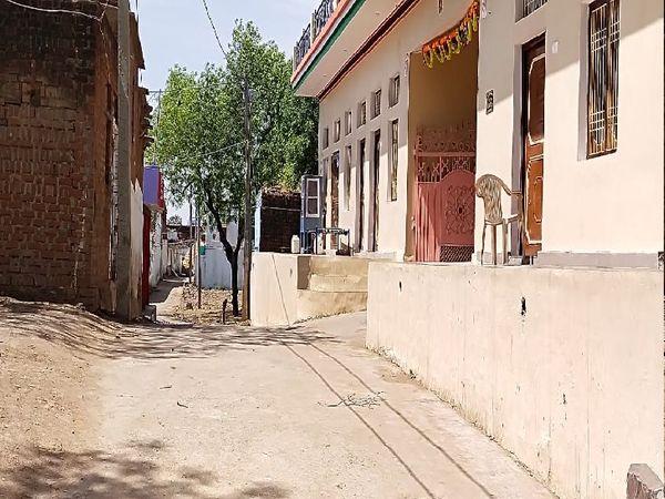 गांव की सूनी गलियां बता रही हैं कि यहां कोरोना की दहशत का क्या आलम है।
