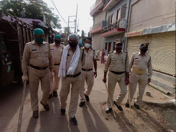बाजारों में अब पुलिस इस तरह डंडा लेकर घूमने लगी है।